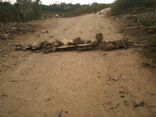 Siguen los desalojos en Cuba socialista: Viviendas reducidas a escombros en Bayamo  Barricadas+para+impedir+el+paso+de+los+militares+en+Bayamo+JNMbPICT0240