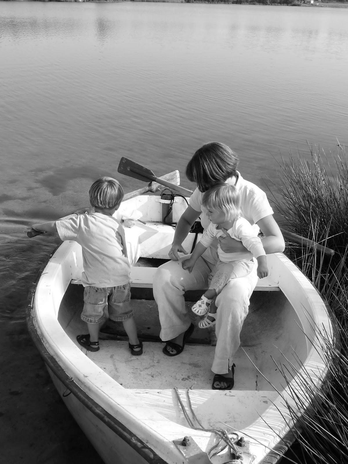 dzieci z mamą ,łódka,jezioro