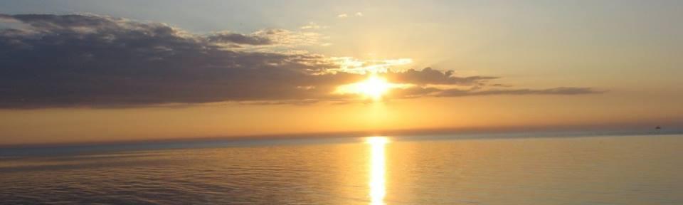 ...Kiedy usta milczą, serce mówi ciszą o zachodzie słońca...