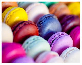 muchos macarons de colores