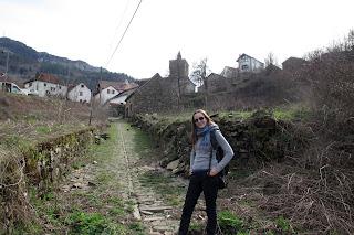 Camino empedrado entrando a Isaba