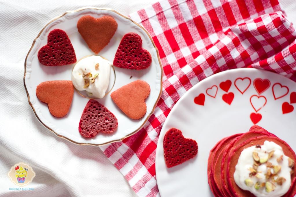 placuszki na walentynki, czerwone placuszki, walentynki śniadanie, przepis na śniadanie walentynkowe, placuszki red velvet, pancakes red velvet