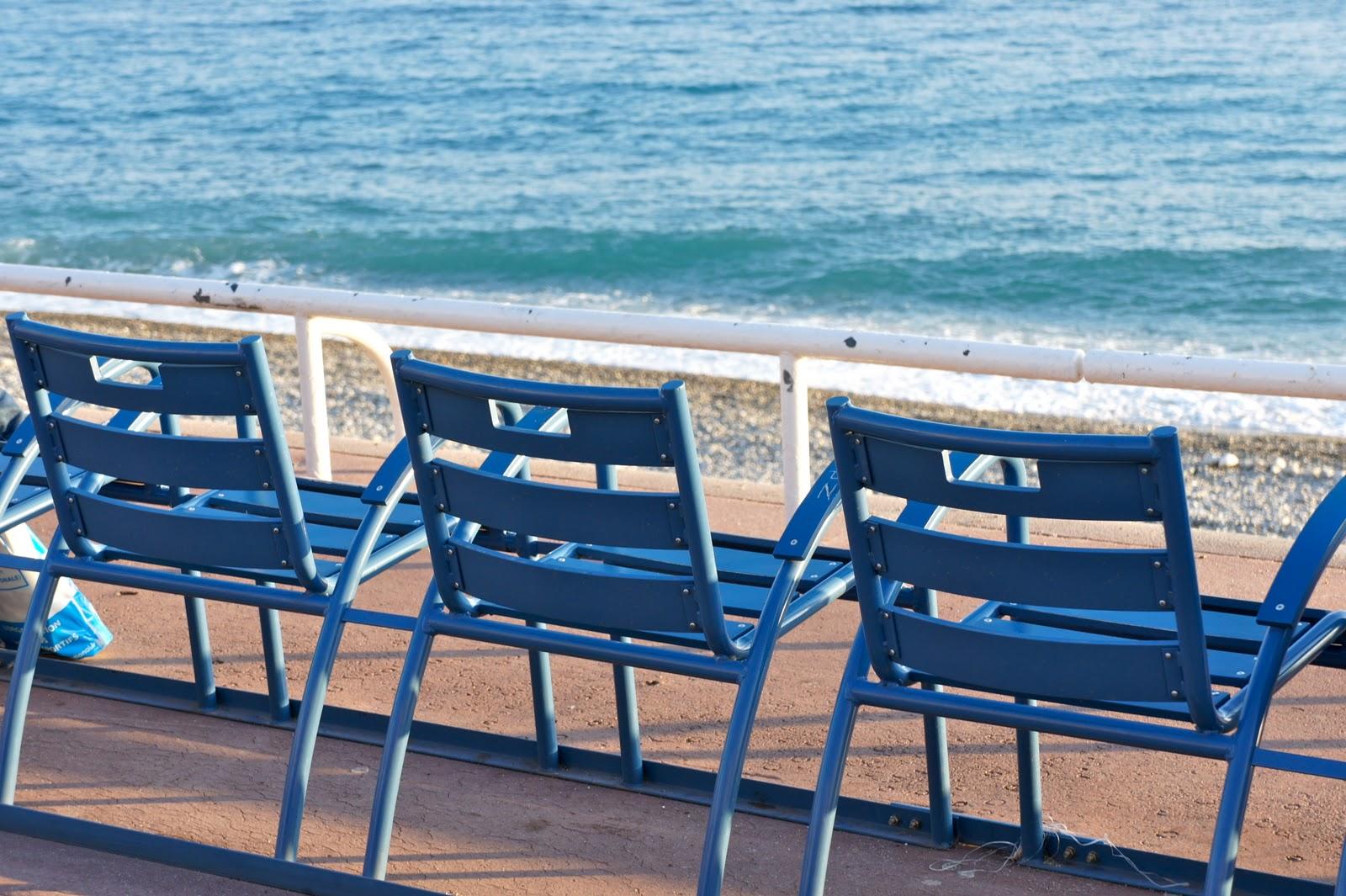 les chaises bleues de la promenades des anglais nice. Black Bedroom Furniture Sets. Home Design Ideas