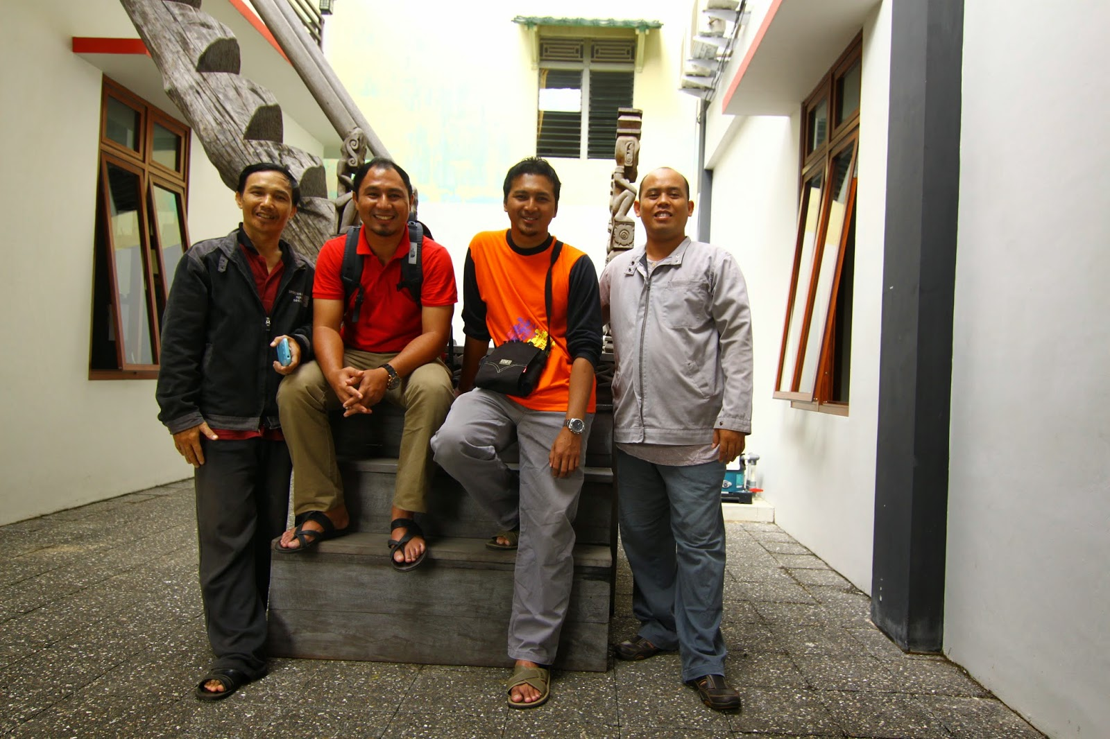 Bergambar bersama staf Institut Dayakologi