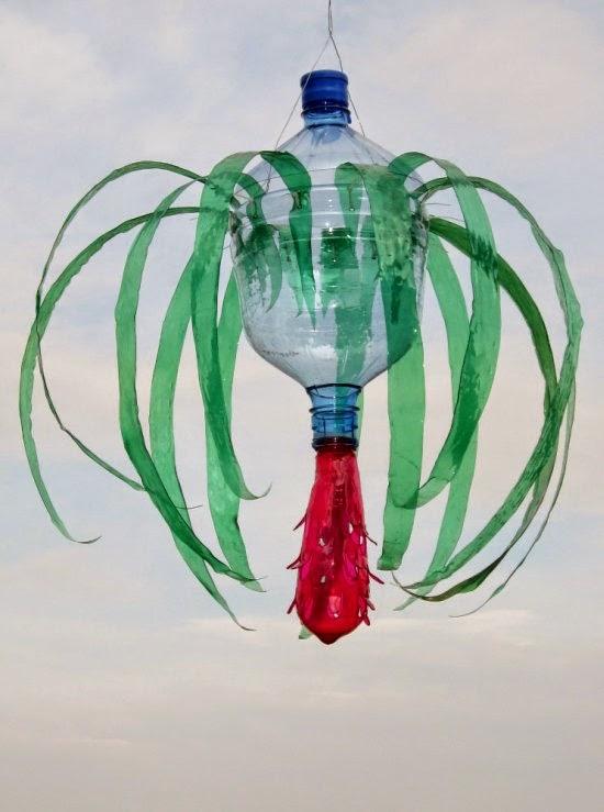 As Esculturas De Animais E Plantas De Plástico Reciclado De Garrafas