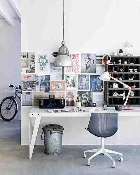 Białe biurko, metalowy kosz i ściana pełna inspiracji - domowe biuro
