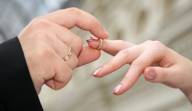 Por que usamos aliança no quarto dedo das mãos ?