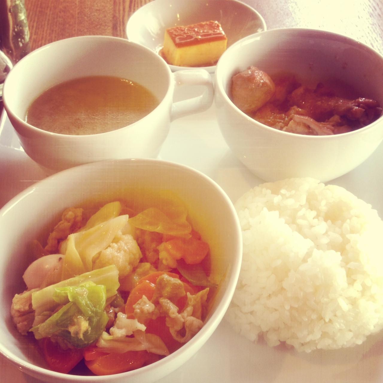 東南アジアの料理で今回はフィリピンのアドボ ランチというもの