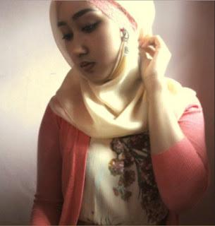 Foto Wanita Jilbab Tidak Pakai Celana Bikin Heboh Netizen