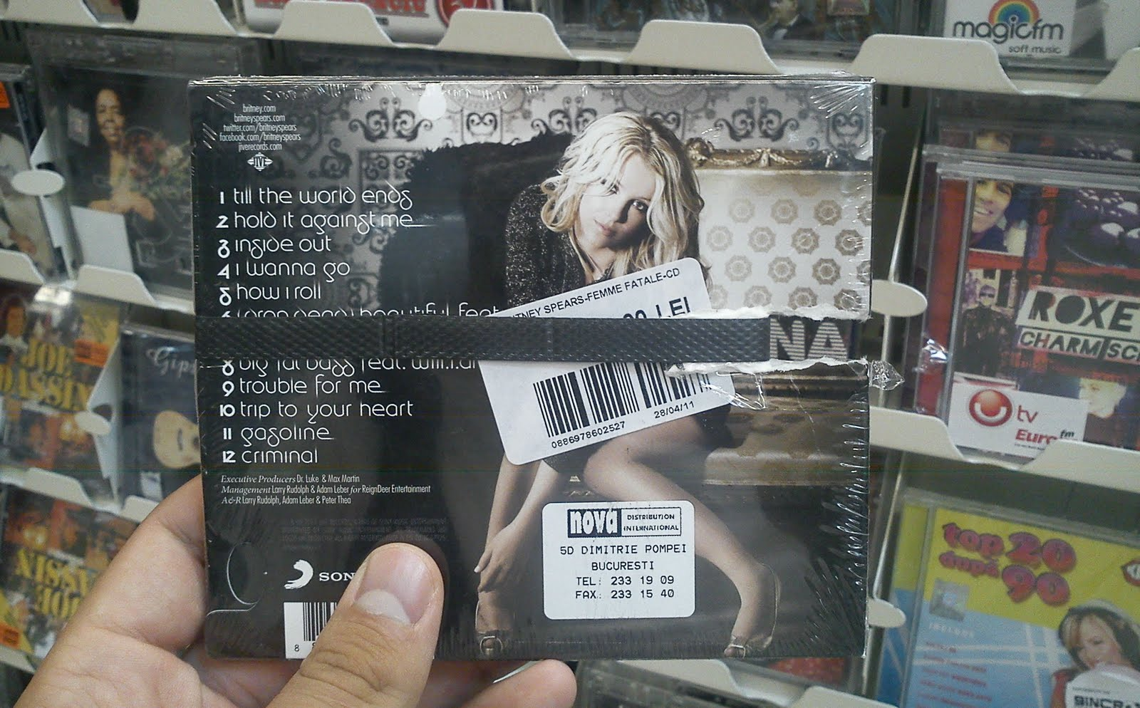 http://1.bp.blogspot.com/-K8XaOS5i2TA/TjYU9go2BCI/AAAAAAAACx0/kNVIsNchLuY/s1600/Britney+Spears+Femme+Fatale+Carrefour+verso.jpg