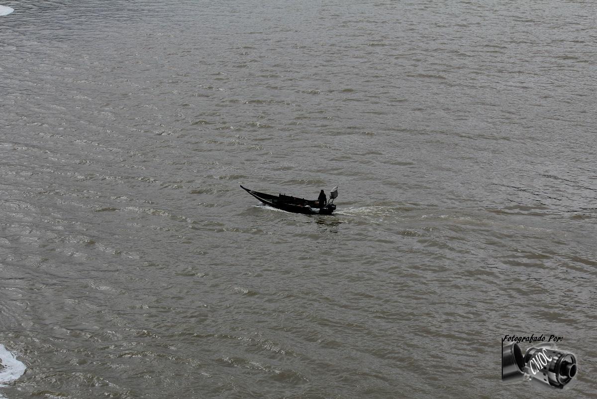 Barco com pescador
