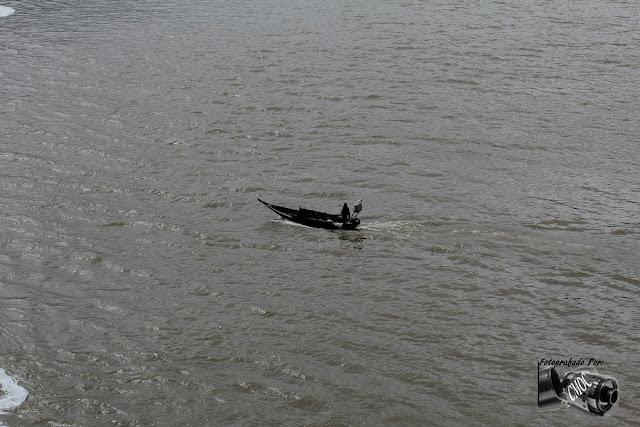 Uma linda fotografia que retrata com nitidez a vida solitaria de um pescador.