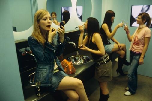O que elas falam dentro no banheiro feminino?