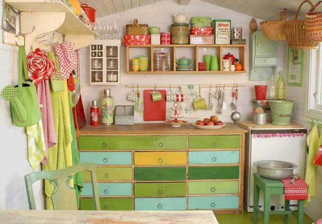 cozinha colorida e reaproveitada