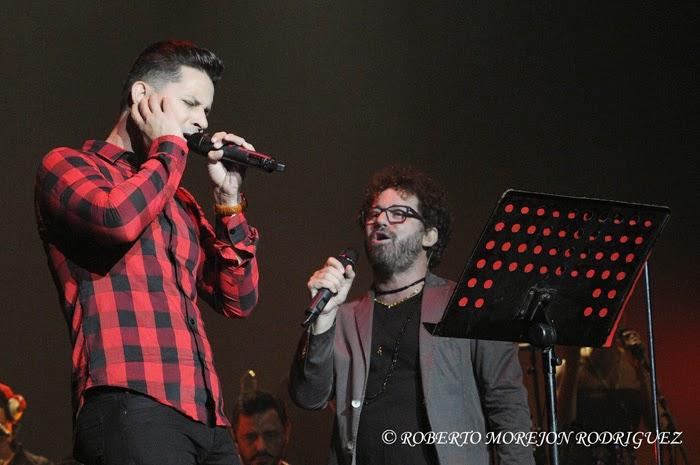 Los cantantes Leoni Torres (I) y  Raúl Paz (D),  durante el lanzamiento del disco La Otra Esquina de Paz, en el Teatro Karl Marx, en La Habana, Cuba, el 28 de febrero de 2015.