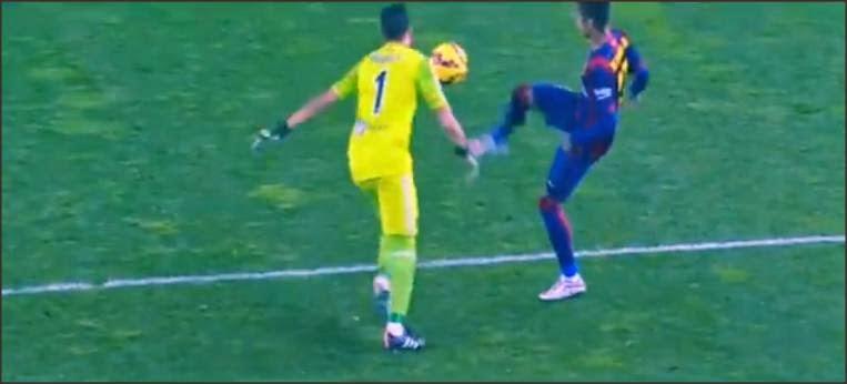 Aksi Neymar mencuri bola dari kiper Real Sociedad