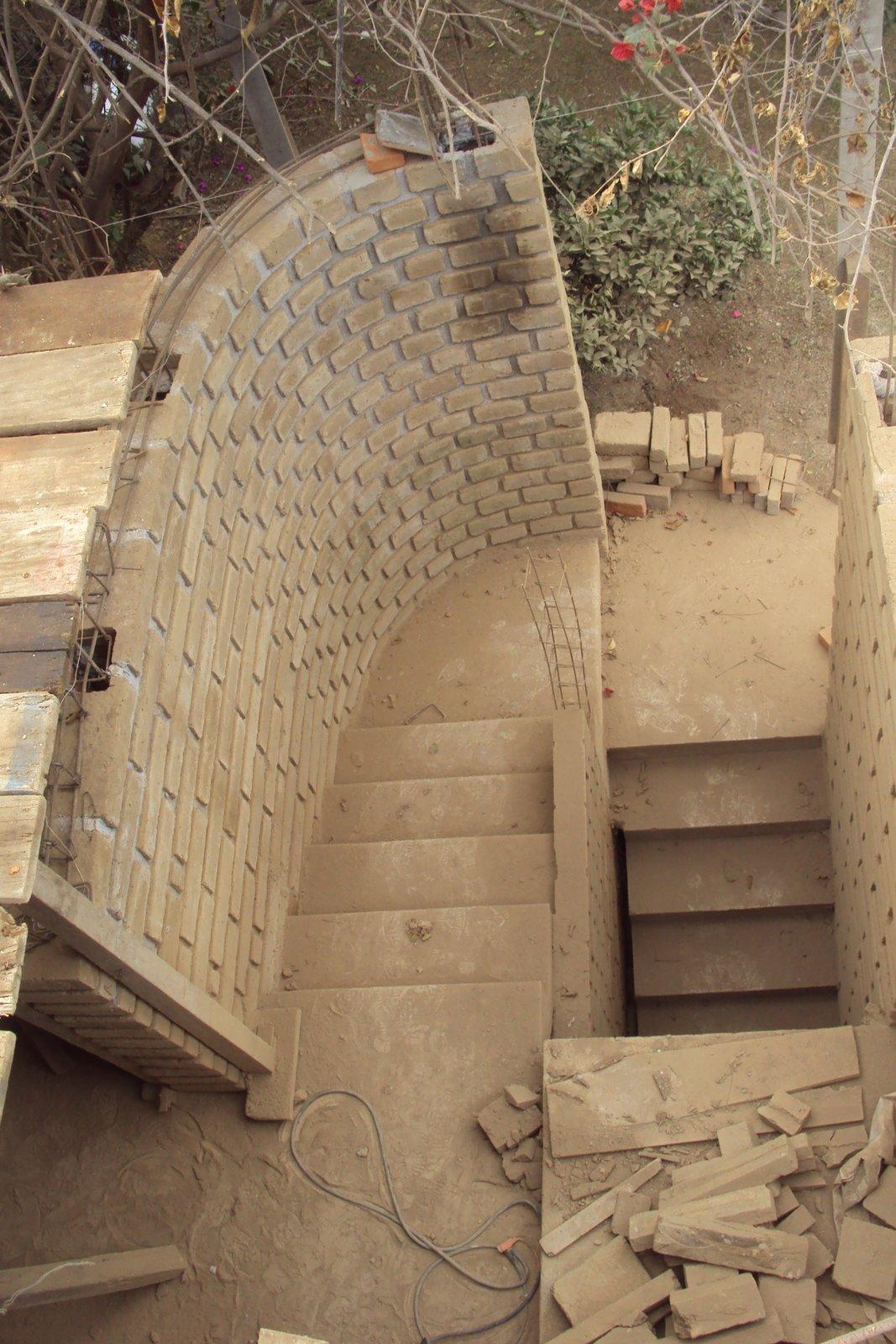 Econstructivismo escalera semicircular muros de adobe for Construccion de escaleras de concreto armado