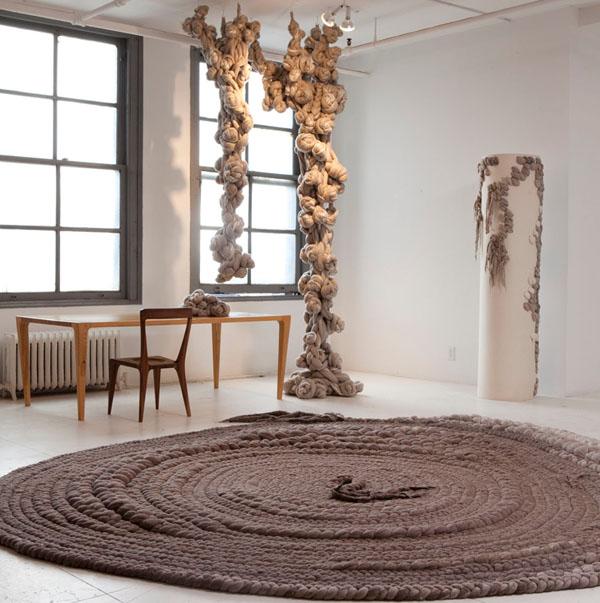 diseño textil con fieltro y lana alfombra circular  Dana Barnes wool design