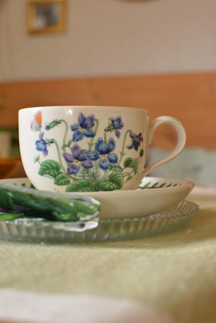 Muonamiehen mökki - Kahvit salissa, englantilainen kukallinen kuppi