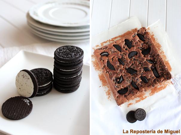 Esta línea presenta dos fotografías. A la izquierda un plato llano cuadrado con galletas oreo. A la derecha el brownie entero cuadrado con mantel blanco debajo y dos galletas oreo de adorno sobre el mantel. Todo ello sobre una mesa de madera blanca.