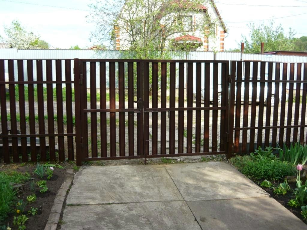 Штакетник металлический двусторонний коричневый с воротами