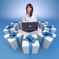 FOTO: Mulher rodeada de presentes by Fotolia - Quer ganhar prêmios no Arruma Blog?