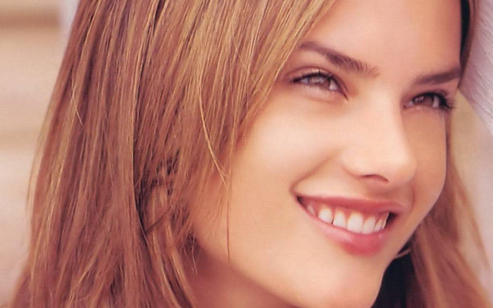 http://1.bp.blogspot.com/-KBtz2pSAq_A/ThqwjNZJi8I/AAAAAAAADRA/DlQecQZXu4Q/s1600/Alessandra-Ambrosio-Headshot.jpg