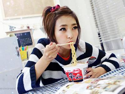 10 Besar Bahaya Makan Mie Instant
