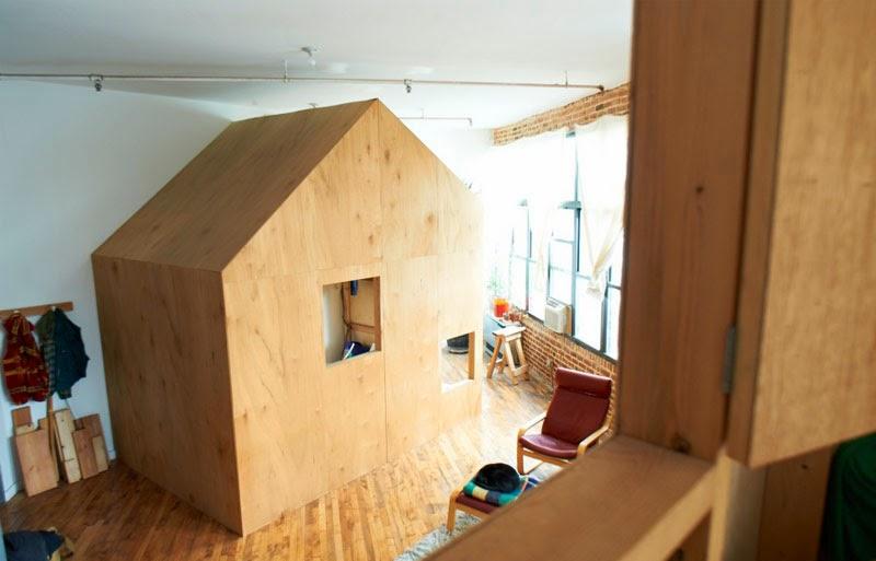 A cabin in a loft de terri chiao, una cabaña de madera dentro de ...