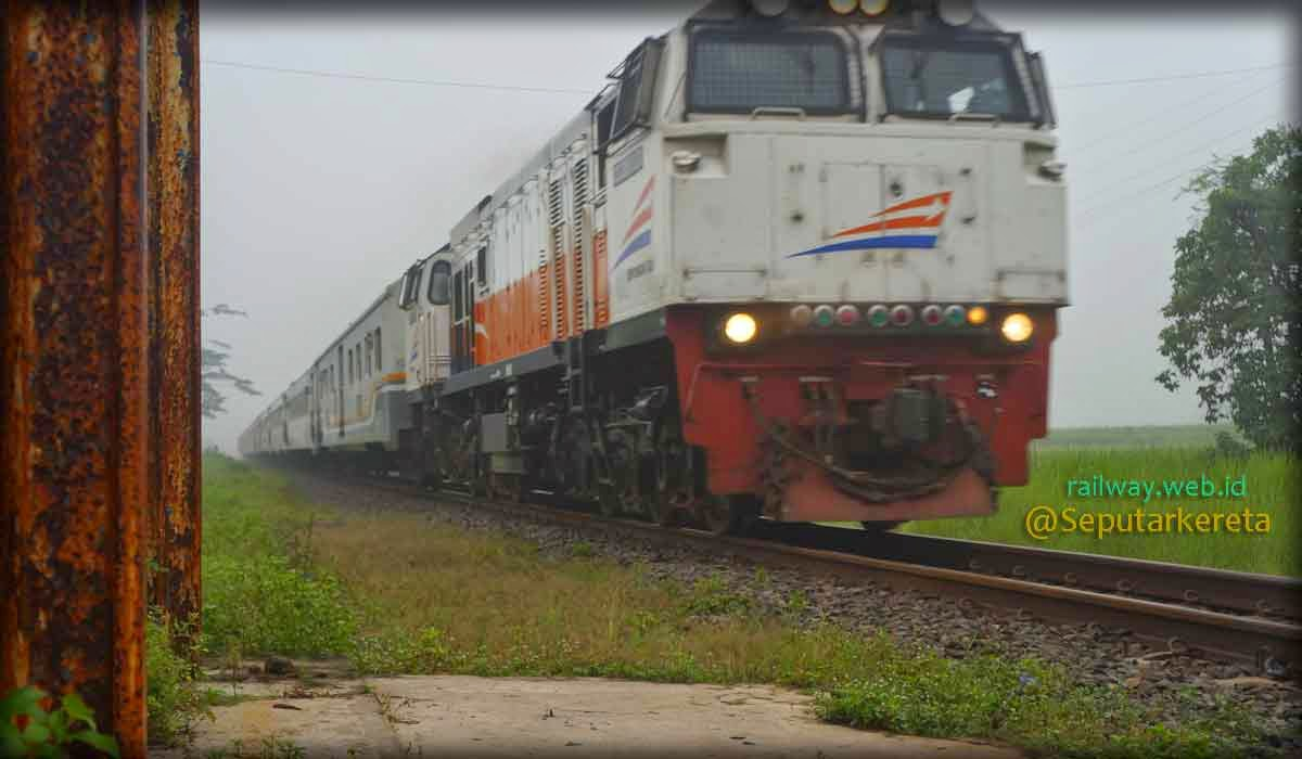 Gambar Kereta Api Turangga Melintas Eks Stasiun Bangsal