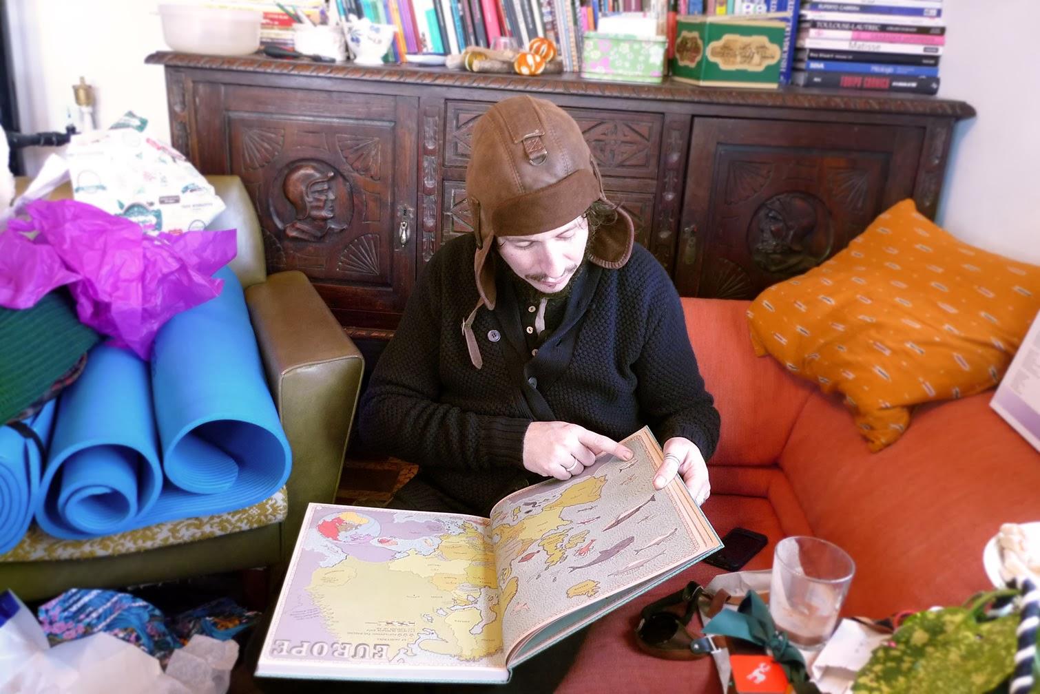 Luis Resines leyendo MAPS, Atlas ilustrado por Aleksandra Mizielinska y Daniel Mizielinski