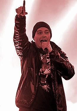 Fabri Fibra canta il Rap Nel mio paese dall'album Squallor