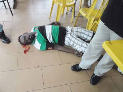 Penarik kereta kena tembak, SUBANG JAYA: Seorang penarik kereta, M Subramaniam, 33, parah selepas ditembak dari jarak dekat di kepala ketika minum bersama bapa saudara dan abang iparnya di sebuah restoran 24 jam di Puchong Prima, di sini, pagi semalam.
