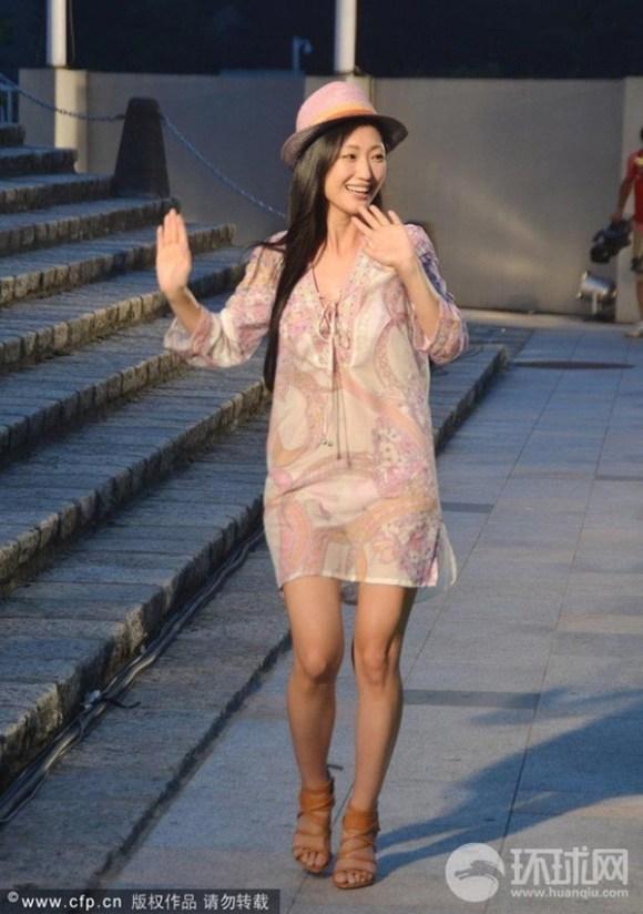 Nữ diễn viên Nhật bất ngờ lột váy trên sân khấu