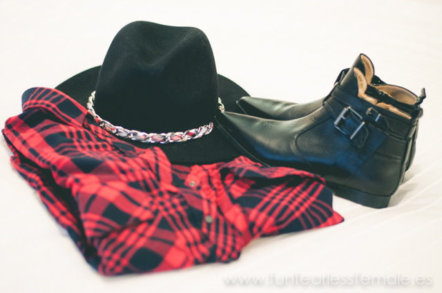 Zara, checked shirt, red, black, chain, hat, sombrero con cadena, botines