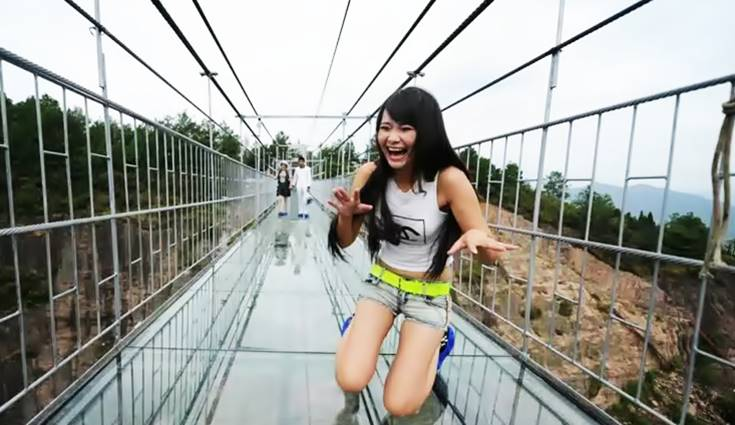 wanita uji nyala di jembatan kaca