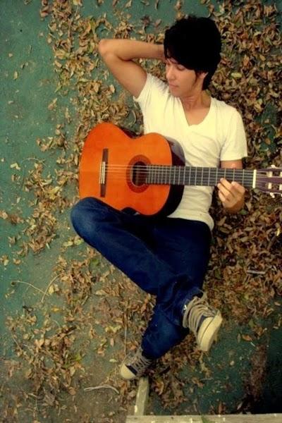 عکس تنهایی با گیتار