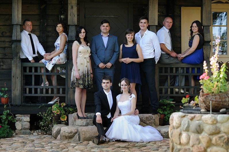 jaunavedžiai su šeima