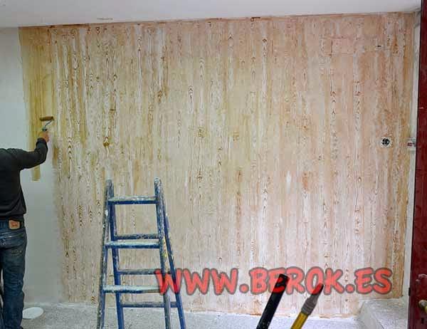 Pintando la pared con acabado de madera