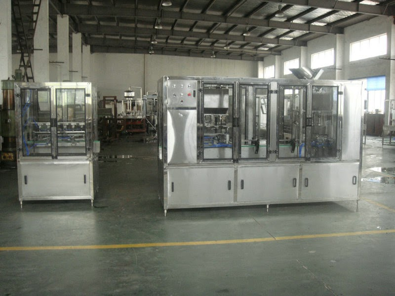 rotary weighing filling capping machine for PET water bottles máquina de llenado tapado キャッピング充填機