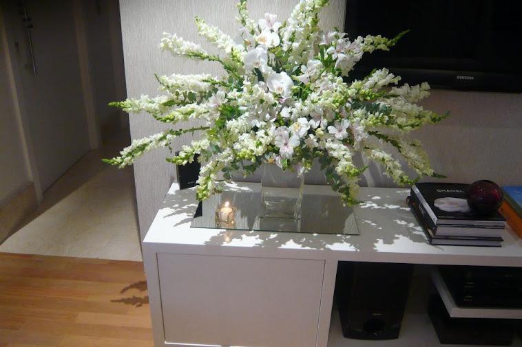 Festa de aniversario Camila arranjo floral exclusivo para jantar.