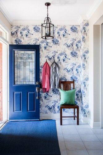 blå detaljer på døren, tapetet og gulvtæppet