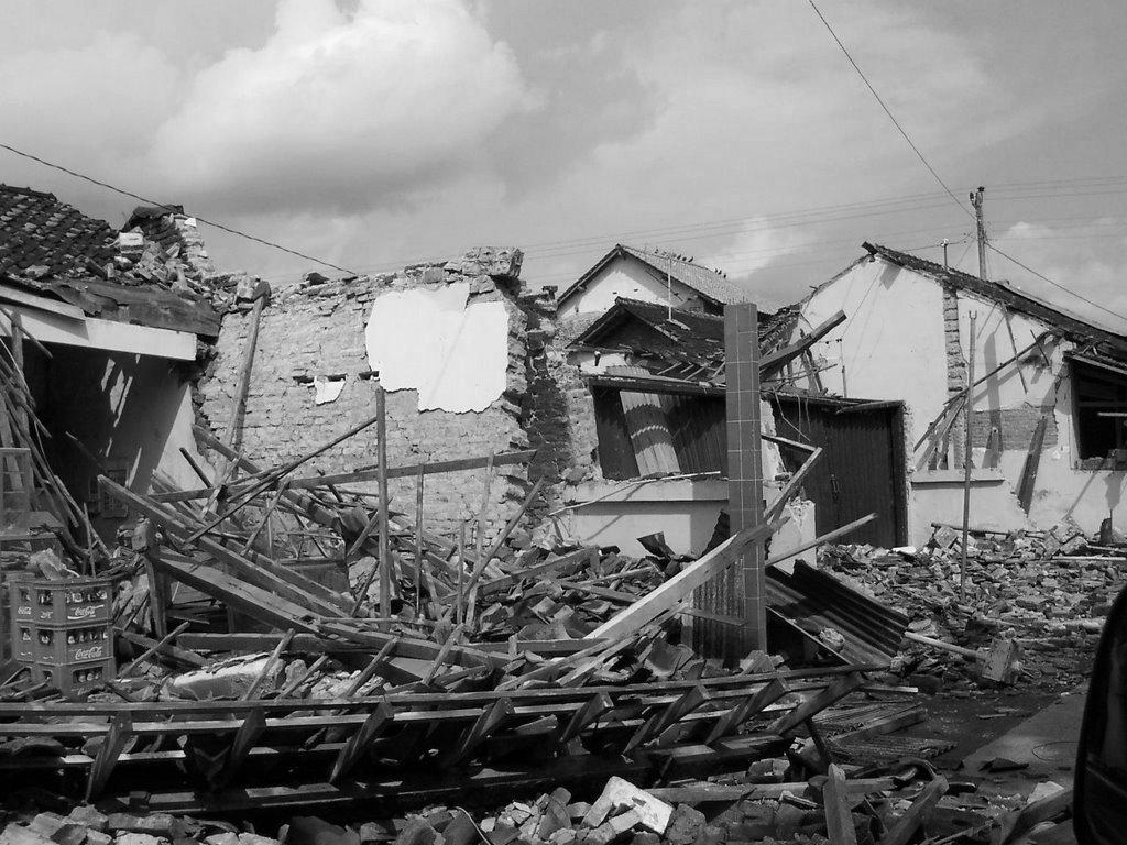 Gempa untuk lebih memahami fenomena gempa yang terjadi di Bantul maka perlu dipahami bahwa gempa bumi adalah pelepasan energi secara tibatiba berupa getaran atau guncangan yang terjadi di permukaan bumi yang Gempa bumi biasa disebabkan oleh pergerakan kerak bumi lempeng bumi