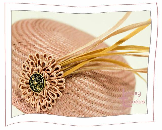 Detalle de casquete realizado por Lebasy Tocados en tonos nude.