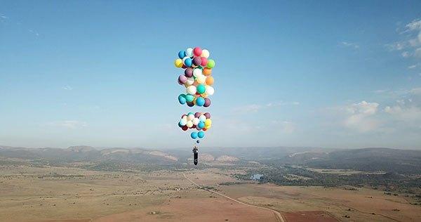 Ένας τρελός πραγματοποίησε πτήση 25km απλά δεμένος σε μπαλόνια! [video]