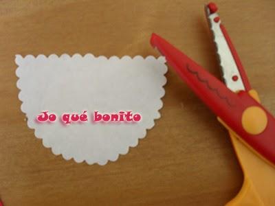 Traje flamenco para botella hecho con papel