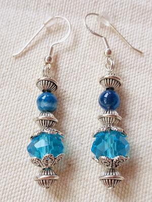 Pendientes artesanales elaborados en cristal azul y abalorios plateados