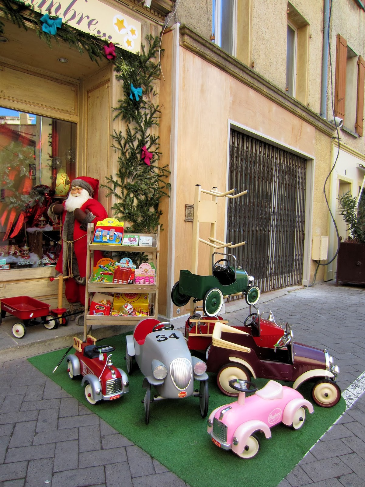 Christmas in Provence - window shopping - Santa's workshop