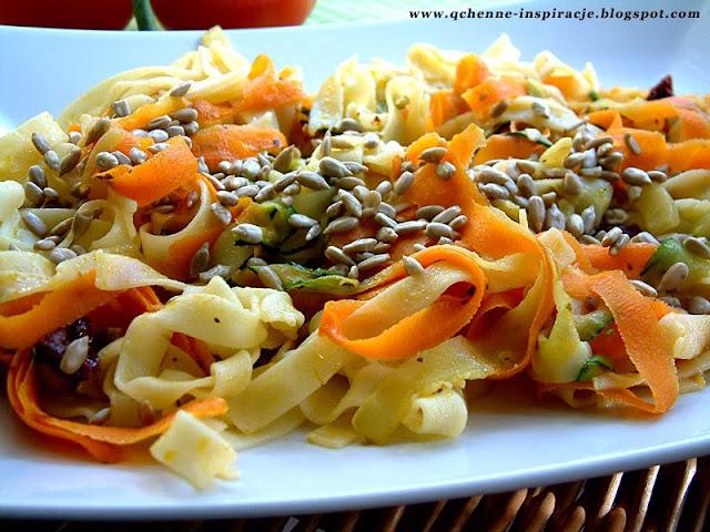 Przepisy FIT: Słoneczne tagliatelle z warzywami i prażonymi ziarnami słonecznika