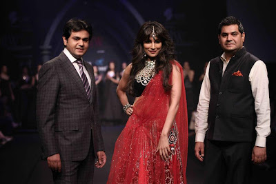 Chitranganda Singh walks for Hazoorilal at IIJW Delhi 2013